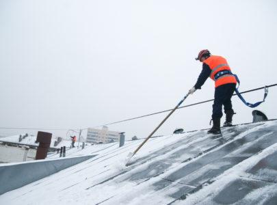 Уборка снега с крыши в Харькове